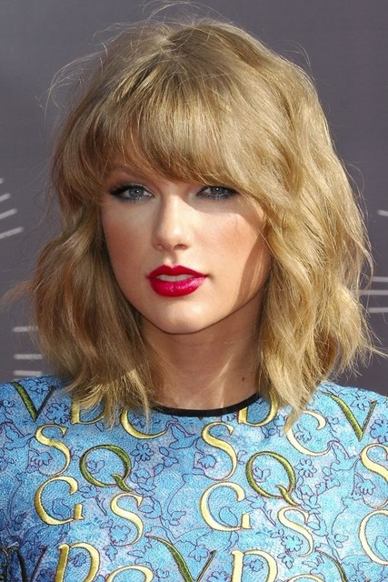 1429775594 taylor swift medium hairstyle for wavy hair medium length haircuts 2015