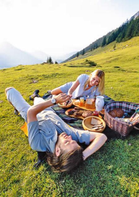 1430968815 romentic picnic