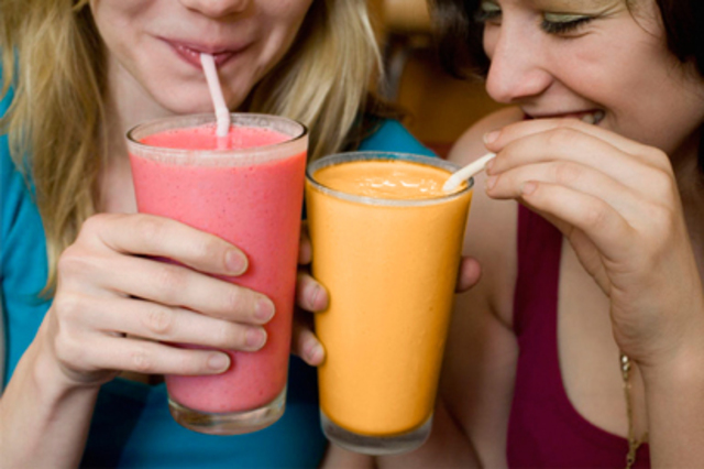 1431057346 women drinking smoothies