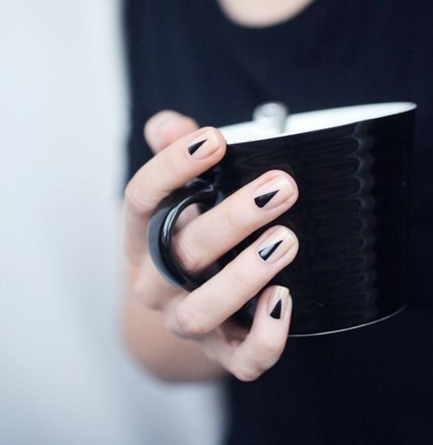 1432185369 black nail art designs7