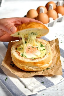 """""""ถ้วยขนมปังไข่ใส่แฮมชีส"""" ง่ายๆ กินได้แบบไม่ต้องใส่จาน !!"""