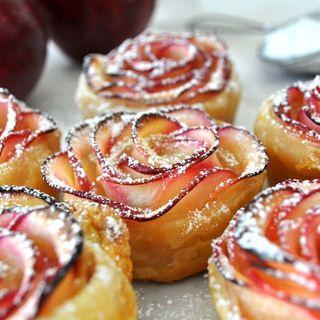 Розы из яблок в слоёном тесте